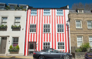 10 Houses with Unusual Paint Jobs