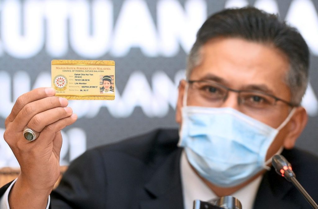 Council of Federal Datuks Malaysia (MDPM) president Datuk Awalan Abdul Aziz showing the special card issued to members conferred with Datukship titles by the Agong during the press conferences on Monday.